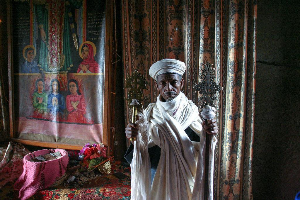2. Ethiopie - Lalibela. Priester in rotskerk